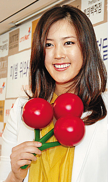 picture of korean female golf player Michelle Wie looking so pretty.PNG