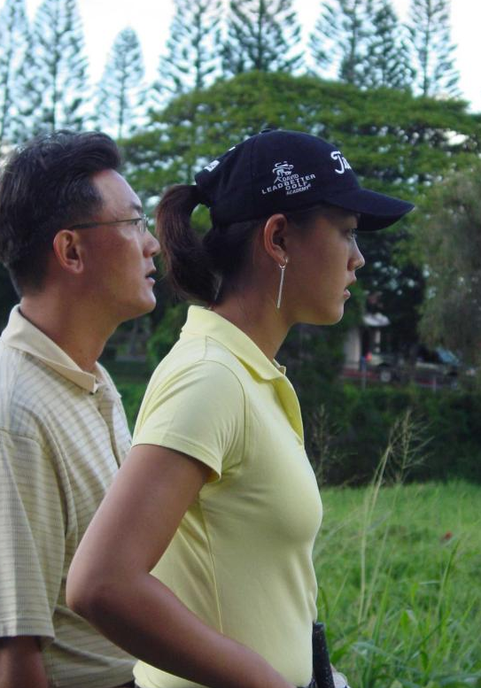Michelle Wie with her dad.PNG