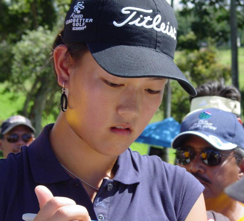 Michelle Wie at the Pearl Open Hawaii 2004_signing after the round