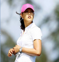 Michelle Wie picture her wearing a hot pink cap on the golf court.PNG